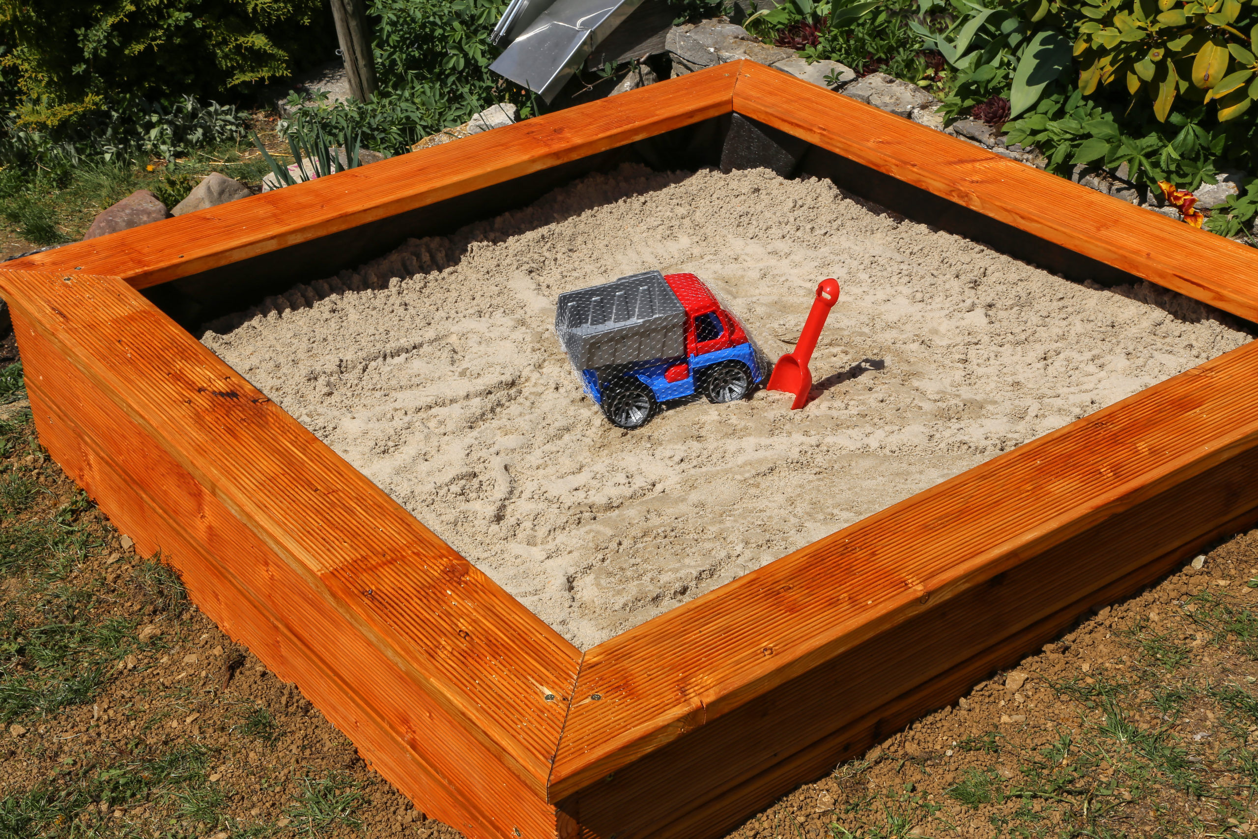 Create a sandpit yourself in the garden